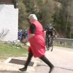 Una donna attraversa la strada al passaggio del gruppo