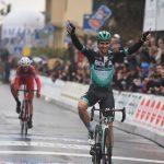 Ciclismo, Gp Larciano: sotto la pioggia trionfa Schachmann